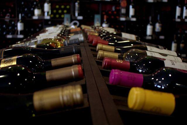 Imagen de varias botellas de vino sobre una tabla de madera