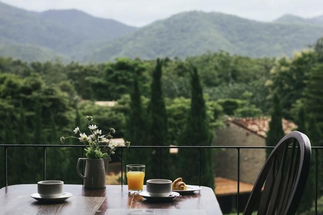 Balcón con mesa y desayuno