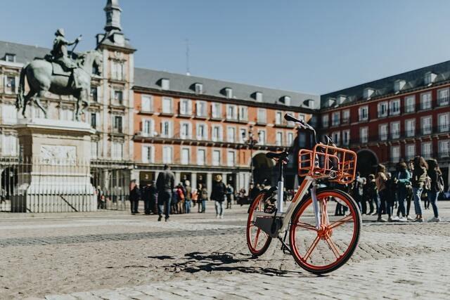 bicicleta roja en medio de la plaza mayor de Madrid