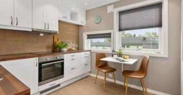 cocina de apartamento con mesa y sillas