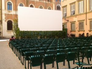 Pantalla de cine en una plaza