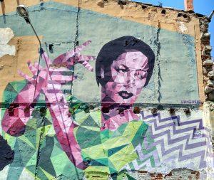 Mural pintado en fachada de una flamenca