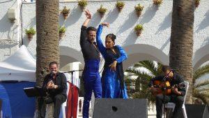 Pareja bailado flamenco en un escenario