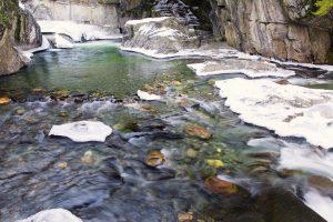 Río con pozas naturales